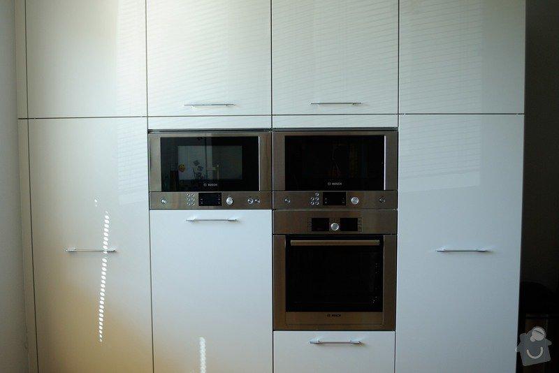 Rohová kuchyně s technickým blokem vysokých skříní: DSC_3304