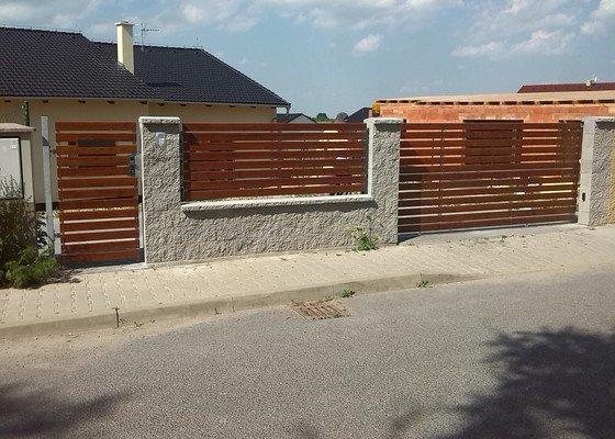Branka,plotové pole a pojezdová brána.