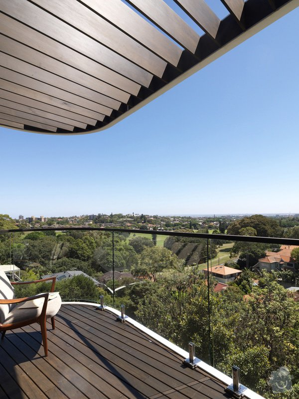 Balkonový přístřešek a balkonové zábradlí. Kov, ne dřevo.: balkon2