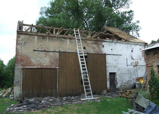 Demontáž střechy stodoly