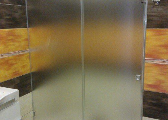 Posuvné celoskleněné dveře,sprchový kout
