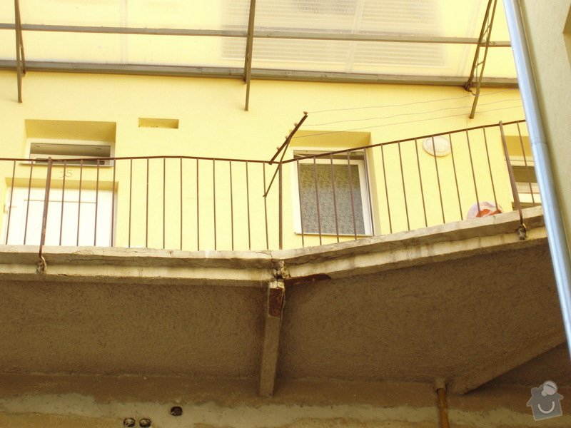 Renovace železobetonových pavlačí (4 patra po ca 7 m): P1010037