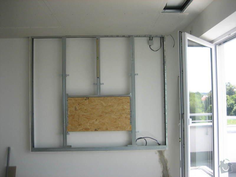 Sádrokartonový podhled částečný s jednou stěnou za TV s bodovým a zadním osvětlením: IMG_0225