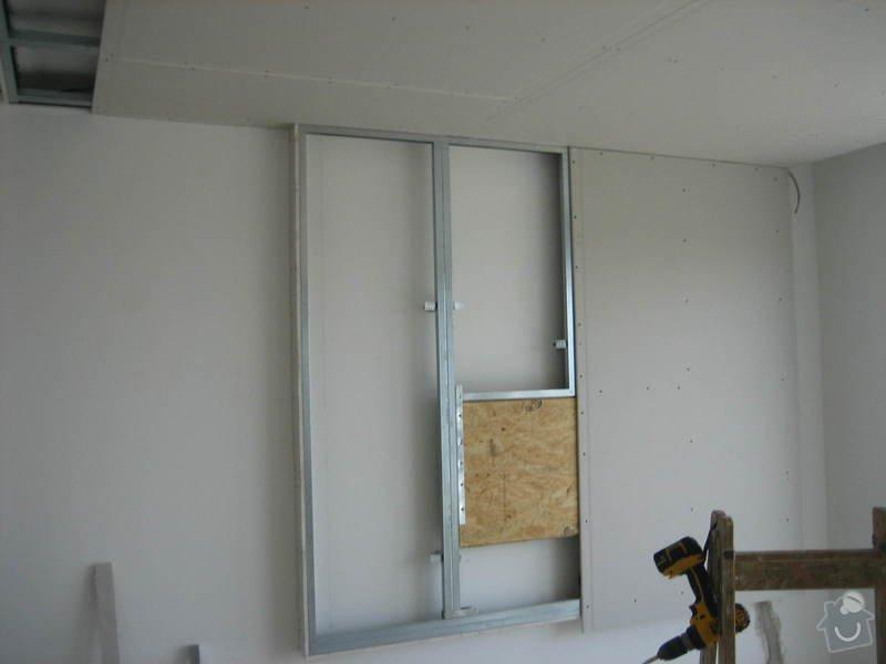 Sádrokartonový podhled částečný s jednou stěnou za TV s bodovým a zadním osvětlením: IMG_0230