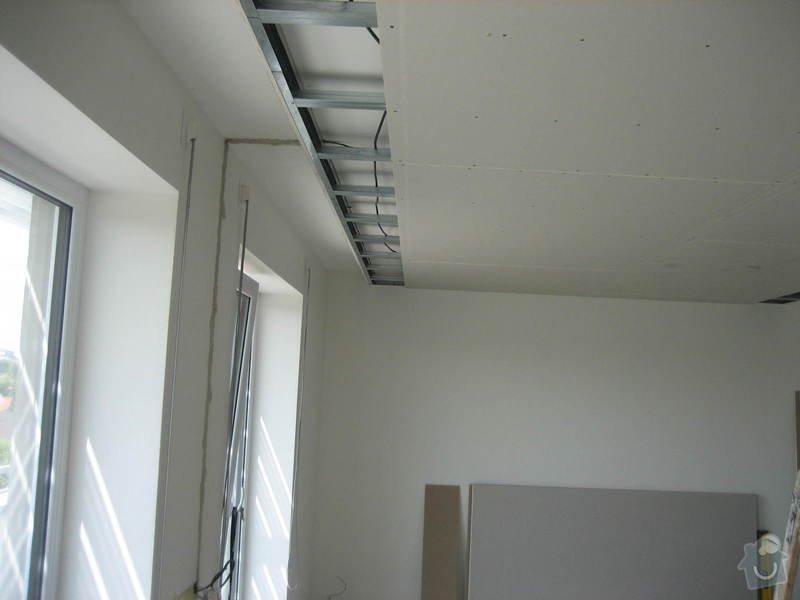Sádrokartonový podhled částečný s jednou stěnou za TV s bodovým a zadním osvětlením: IMG_0229