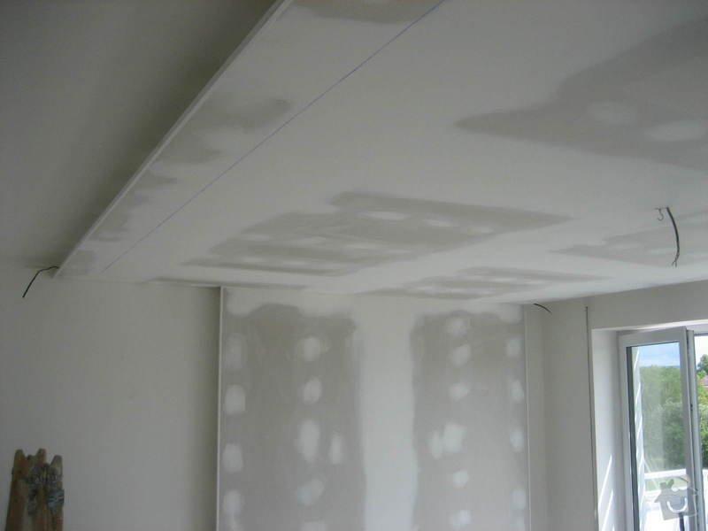 Sádrokartonový podhled částečný s jednou stěnou za TV s bodovým a zadním osvětlením: IMG_0262