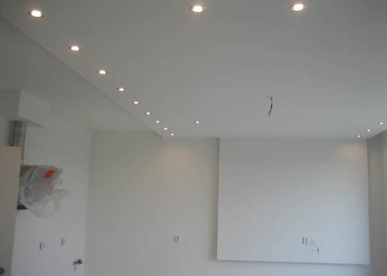 Sádrokartonový podhled částečný s jednou stěnou za TV s bodovým a zadním osvětlením