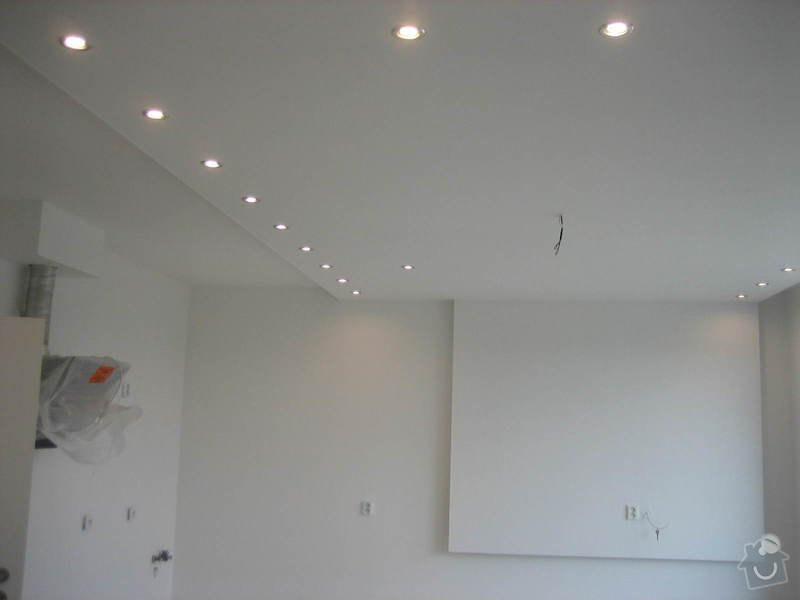 Sádrokartonový podhled částečný s jednou stěnou za TV s bodovým a zadním osvětlením: IMG_0284