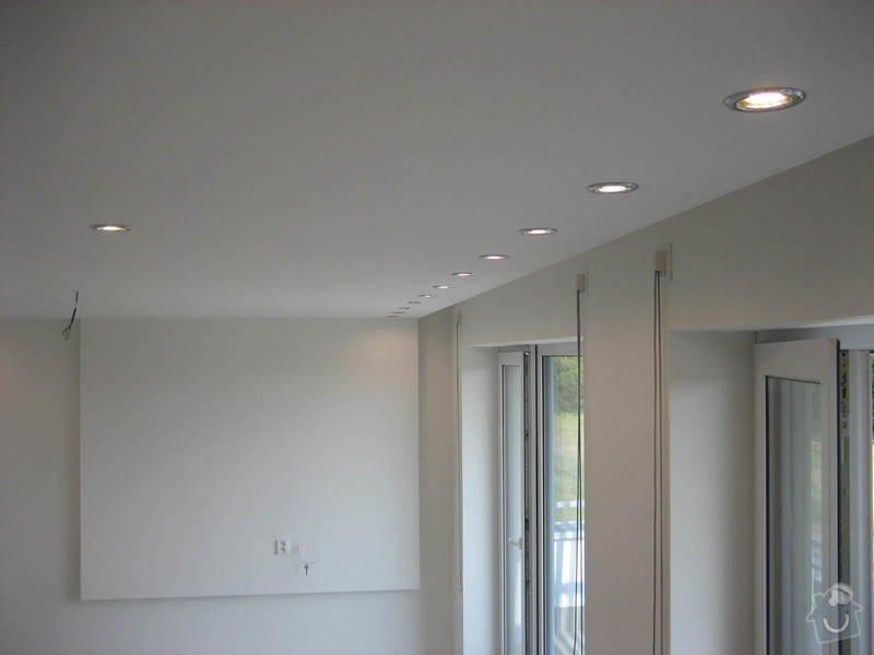 Sádrokartonový podhled částečný s jednou stěnou za TV s bodovým a zadním osvětlením: IMG_0282