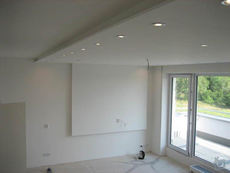 Sádrokartonový podhled částečný s jednou stěnou za TV s bodovým a zadním osvětlením: IMG_0278