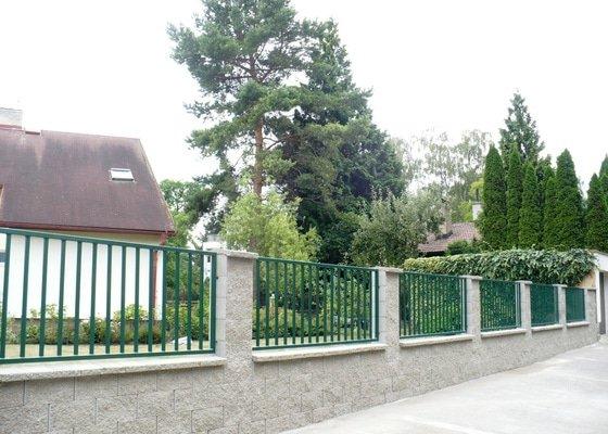 Výměna původního drátěnkového plotu za nový plot z KB bloků s kovovou výplní.