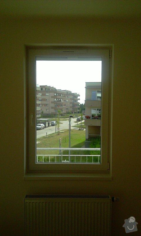 Žaluzie (3 okna + balkon), síť proti hmyzu (2 okna): obyvak