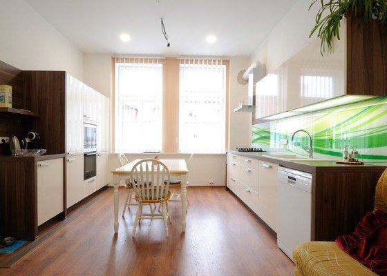 Rovná kuchyně do bytového domu, Karlovy Vary