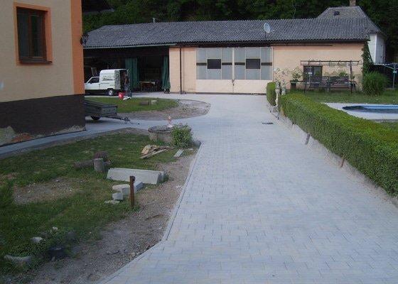 Vydláždění příjezdové cesty a dvora cca 150m2 + izolace zdí domu cca 20bm (možno i jednotlivě jako dvě zakázky)