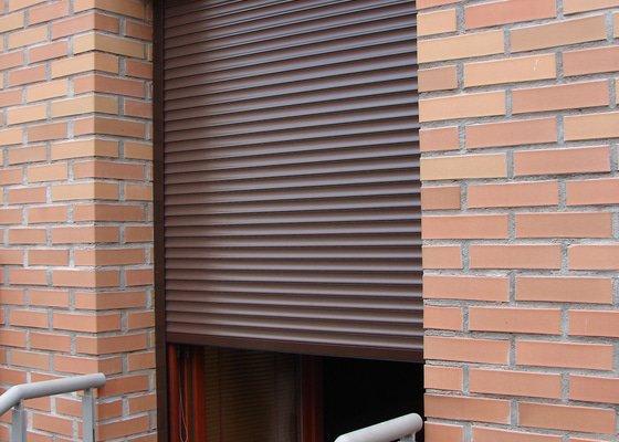 Venkovní předokení roleta a dveřní síť proti hmyzu.