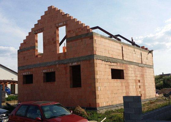 Hrubá stavba RD z keramických cihel HELUZ