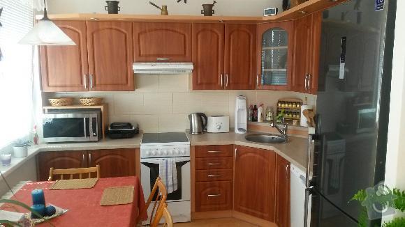 Výroba kuchyňské linky, knihovna nástavba na psací stůl a vestavěná skříň s obložkou a podstropním úložným prostorem: h_16_