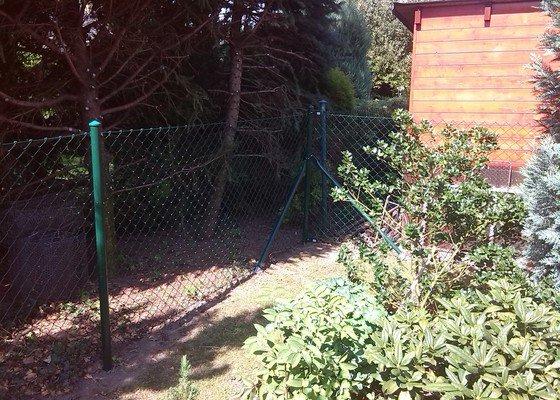 Plot a jednokřídlá branka mezi sousedícími pozemky