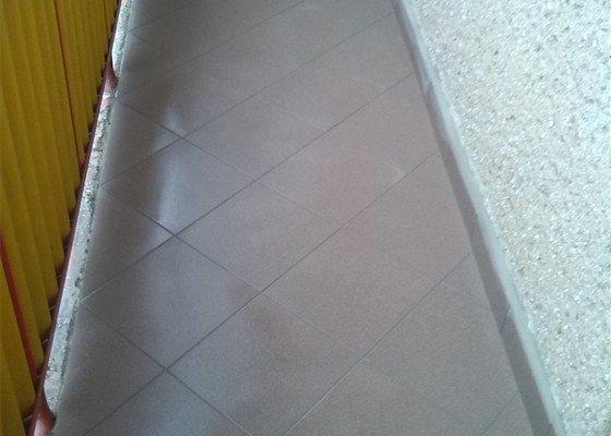 Výměna několika podlahových dlaždic, odstranění starých a pokládka nových dlaždic na balkóně