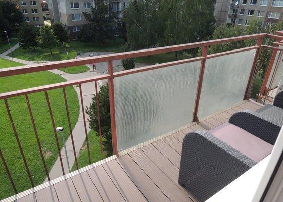 Nátěr kovového zábradlí na balkóně
