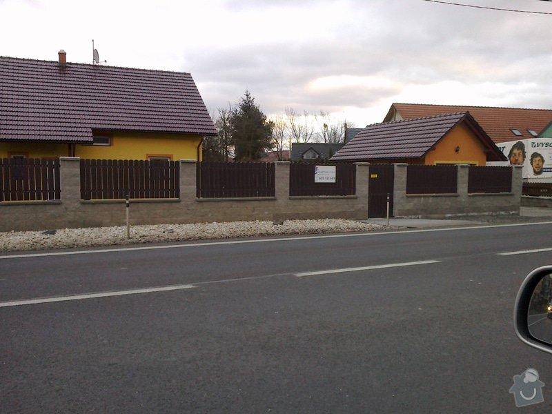 Stavba oplocení z betonových tvarovek a dřevěných latí: plot1_15a2b8e0