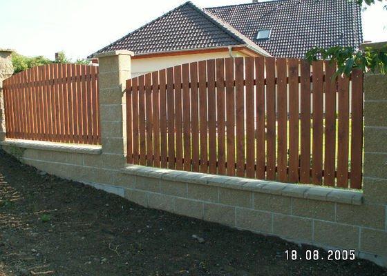 Stavba oplocení z betonových tvarovek a dřevěných latí