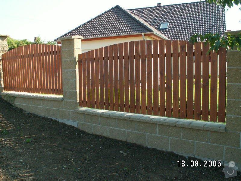 Stavba oplocení z betonových tvarovek a dřevěných latí: plot_2a383738