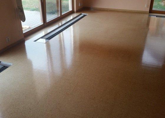 Renovace laku korkové podlahy RD (35m2)