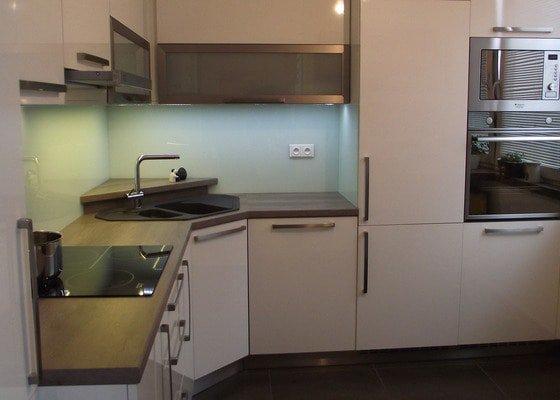 Hnědo béžová moderní koupelna, bílá kuchyně a obývací pokoj do hněda
