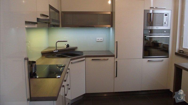 Hnědo béžová moderní koupelna, bílá kuchyně a obývací pokoj do hněda: karasova_big_06