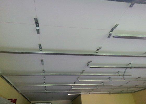 Odhlučnění stropu v obývacím pokoji