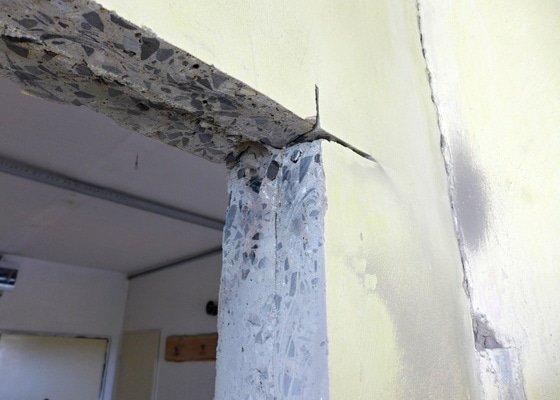 Výřez 2 ks zárubní / úprava stavebního otvoru v panelu pro nové dveře.