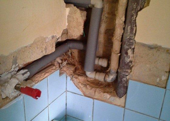 Rekonstrukce vodovodního potrubí-náhrada kovu za plast
