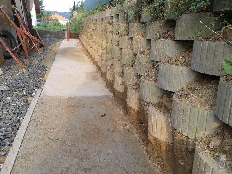 Stavba opěrné stěny svahu: 2014-08-06_07.03.30