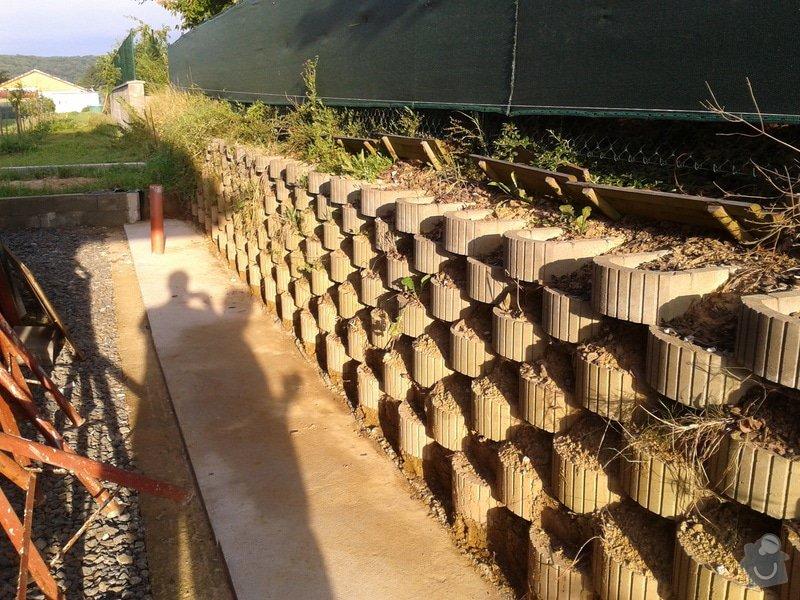 Stavba opěrné stěny svahu: 2014-08-06_06.58.39