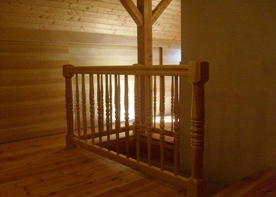 Výroba posuvné stěny, rekonstrukce podkroví, pobití podkroví dřevěné soustružné zabrádlí, poklad dřevěné podlahy