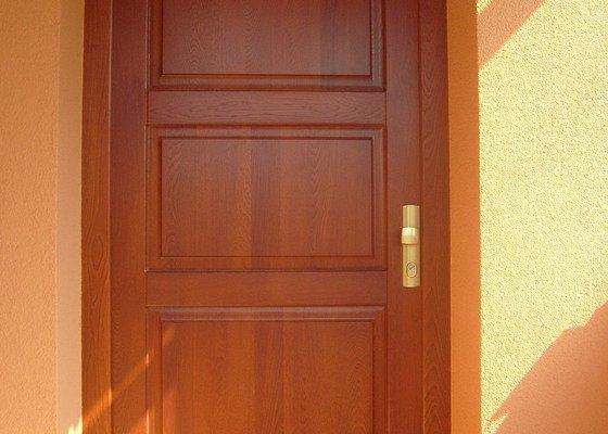 Vchodové dřevěné dveře, interiérové dveře, obklad betonového schodiště, kuchyňská linka
