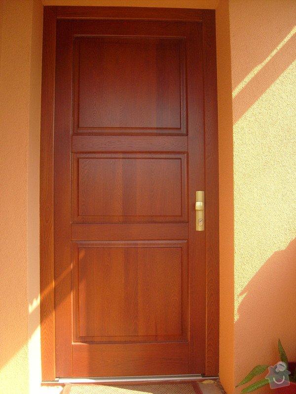 Vchodové dřevěné dveře, interiérové dveře, obklad betonového schodiště, kuchyňská linka: S6306179