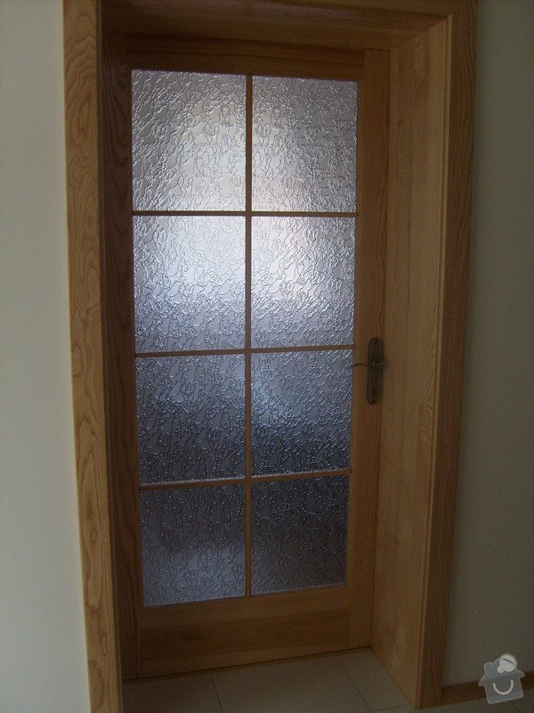 Vchodové dřevěné dveře, interiérové dveře, obklad betonového schodiště, kuchyňská linka: S6306181
