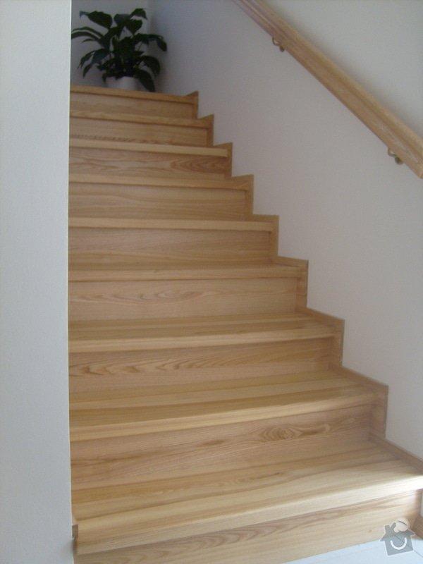 Vchodové dřevěné dveře, interiérové dveře, obklad betonového schodiště, kuchyňská linka: S6306182