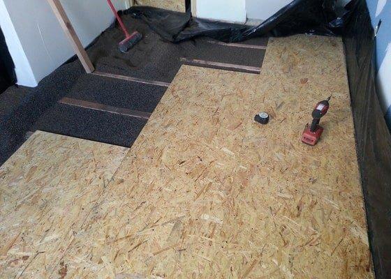 Odhlučnění stěny, nová podlaha, štukování