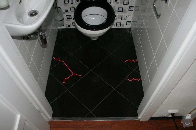 Výměna 8 kachliček na podlaze wc a koupelny, nanesení omítky kolem zárubně dveří. : wc