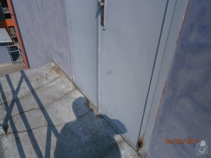 Výměna plechových dveří za plastové v šedé barvě povrch: P9040003