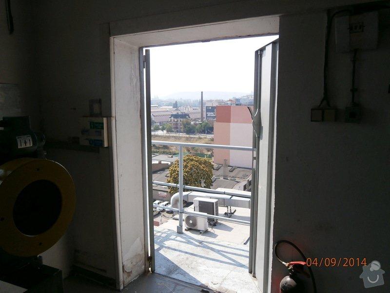 Výměna plechových dveří za plastové v šedé barvě povrch: P9040004