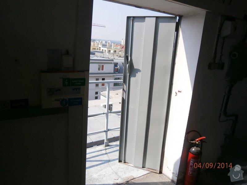 Výměna plechových dveří za plastové v šedé barvě povrch: P9040005