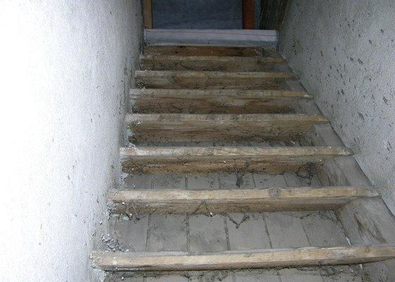 Dodání a instalace dřevěného schodiště na půdu rodinného domu