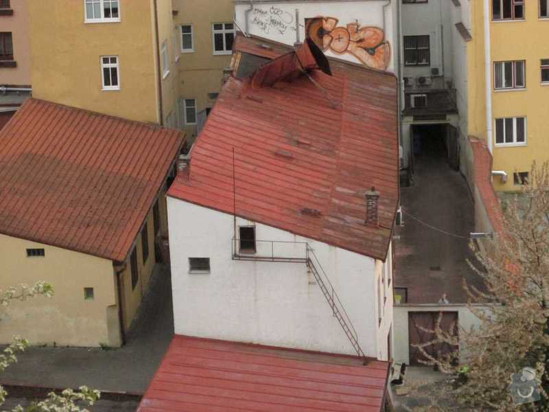 Havarijní výměna pultové plechové střechy viz rozměry v popise v dvorním traktu : strecha_pred_spatnou_opravou