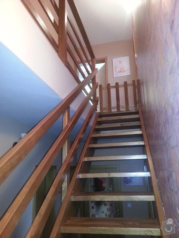 Dřevěné schodiště se zábradlím, kuchyňská linka: 20140914_101314