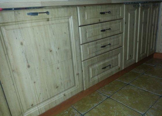 Dřevěné schodiště se zábradlím, kuchyňská linka