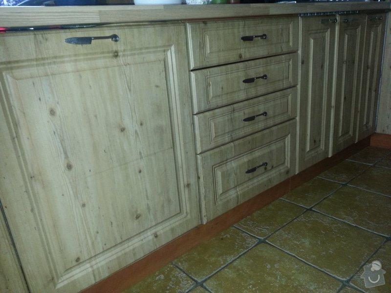 Dřevěné schodiště se zábradlím, kuchyňská linka: 20140914_101454